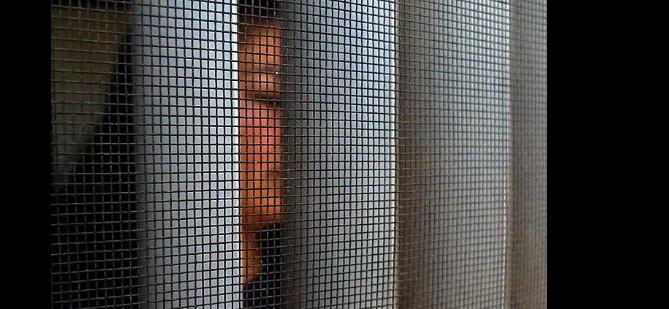 Luego de presentar una queja por revisiones en un retén militar en Ensenada, una mujer fue detenida y y acusada de colaborar con narcotraficantes.