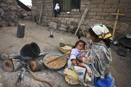 Si bien no es un problema reciente, la tragedia que se abate sobre los habitantes de la Sierra Tarahumara ha sido la gran prueba de reflejos para los gobiernos federal y estatal. Lento uno y otro, indolentes hasta la ignominia